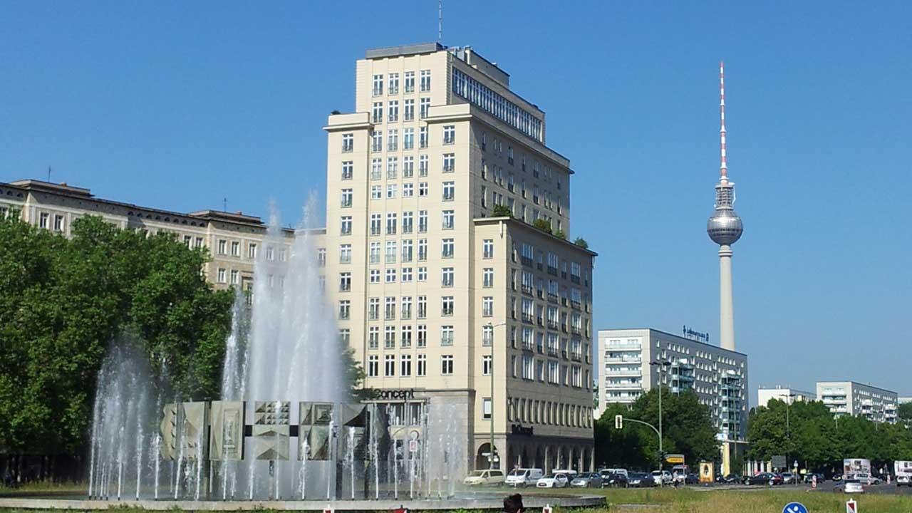 Friedrichshain: Strausberger Platz mit Blick auf den Fernsehturm Berlin