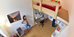 Loft, Bed & Sofa - Doppelzimmer im Kiez Hostel Berlin